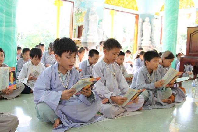 Các bé vào chùa tu học từ nhỏ