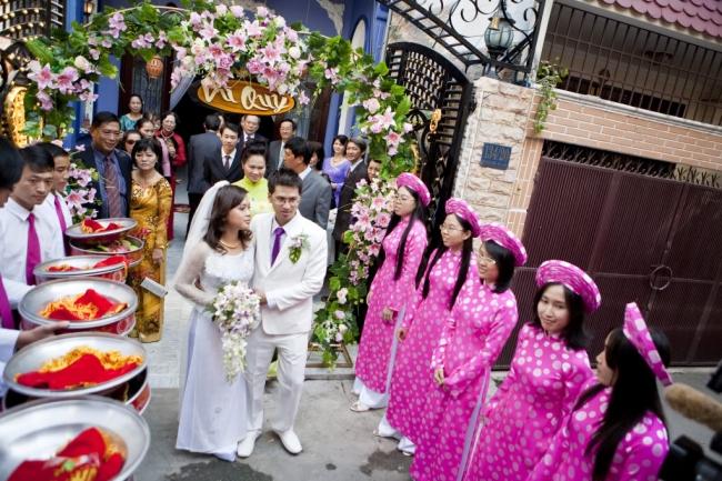 Đám cưới được tổ chức theo phong tục truyền thống
