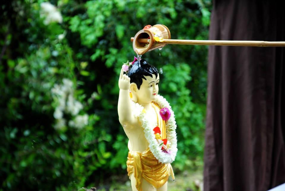 Tắm Phật trong ngày Phật Đản