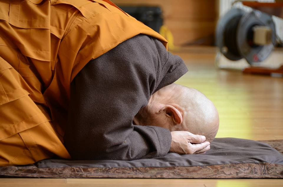 Cầu nguyện có phải là mê tín hay không? Có nên cầu nguyện hay không?