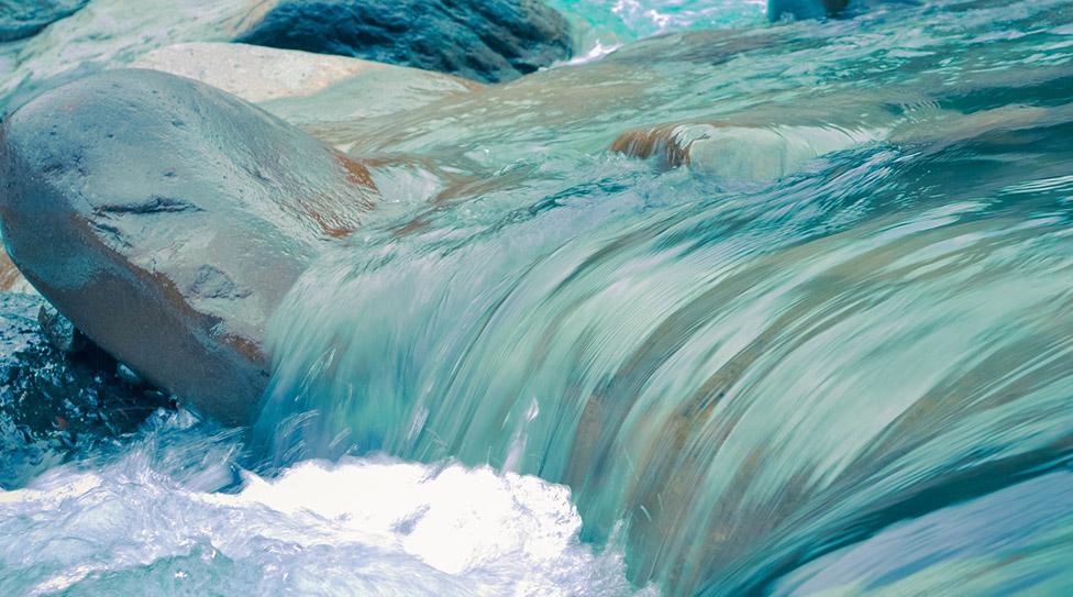 Tại sao nước lại có thể chế ngự được đá?